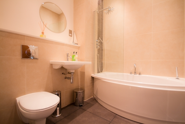 Gresham House 2-bed - main bathroom